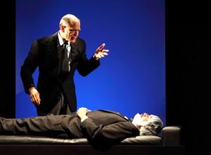 SULLE SPINE - Urbano Barberini con il padre morto (ph. Carlo De Gori)